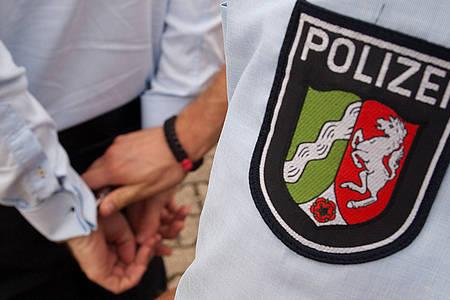 Polizist nimmt Mann fest